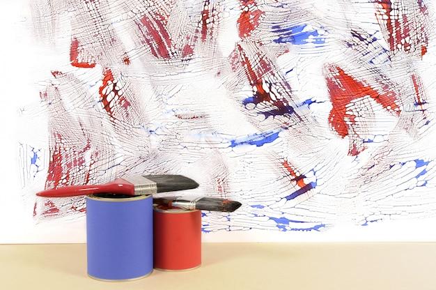 Parede branca com tinta azul e vermelha desarrumada