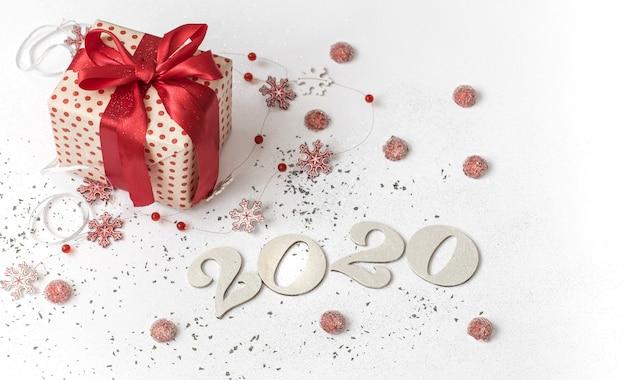 Parede branca festiva de ano novo de 2020 com presente