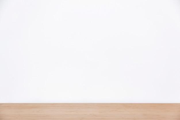 Parede branca vazia e superfície de madeira
