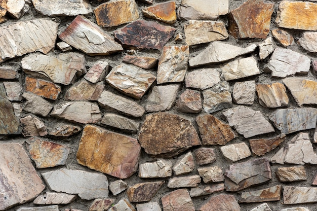 Parede cinza com pedras incrustadas
