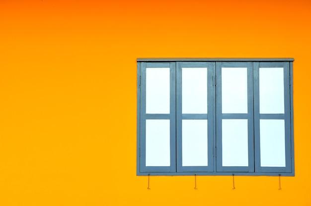 Parede colorida com um bloco de janelas
