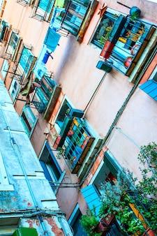 Parede colorida de uma velha casa em veneza, itália