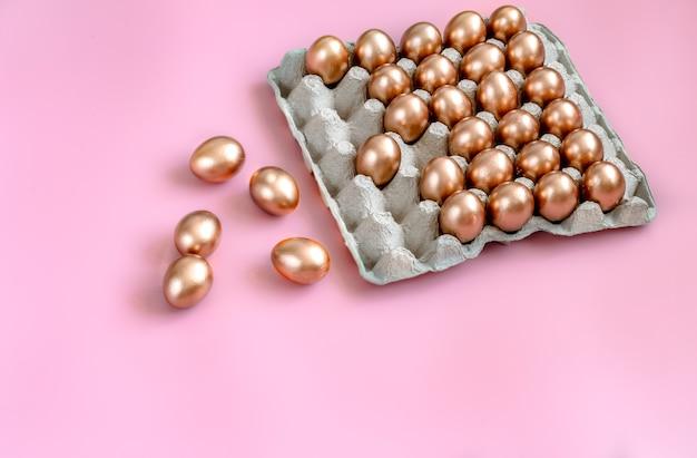 Parede com ovos de páscoa na cor ouro.