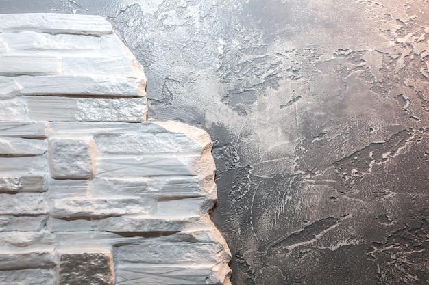 Parede com tijolos decorativos e fundo de concreto. obras de reparação de manutenção. reforma no apartamento. restauração dentro de casa.