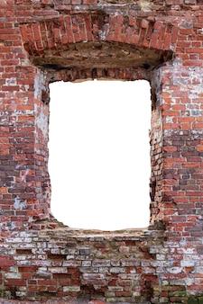 Parede com um furo no meio de tijolo vermelho velho. isolado no fundo branco. moldura vertical. moldura do grunge. foto de alta qualidade