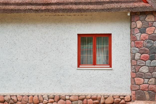 Parede da casa branca com janela. fachada do edifício