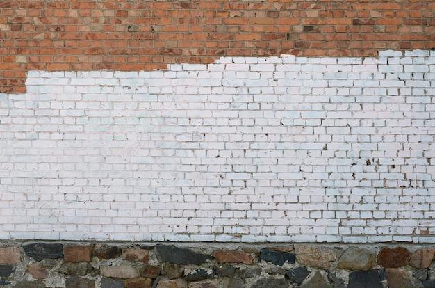 Parede da casa residencial com manchas de tinta branca que cobrem vandalismo de graffiti