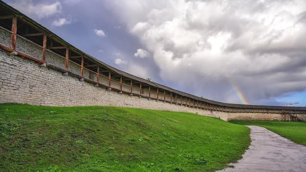 Parede da fortaleza com um arco-íris no céu
