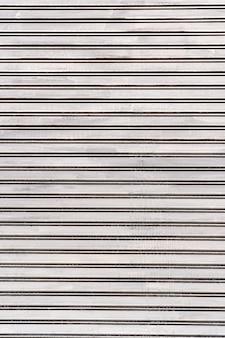 Parede de aço com listras brancas abstratas