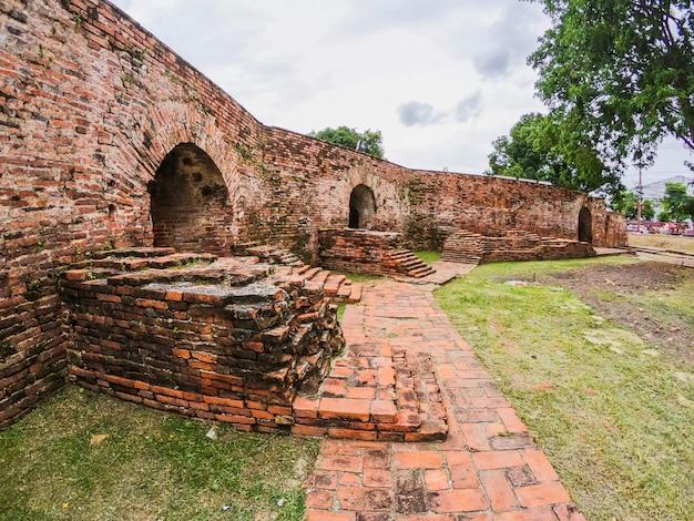 Parede de anciant em pom phet, phra nakhon si ayutthaya. linda da cidade histórica na ásia.
