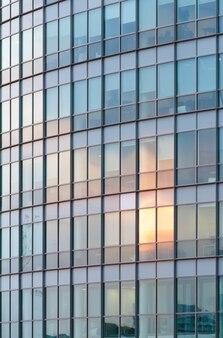 Parede de arranha-céus com grande número de janelas. fundo de arquitetura.