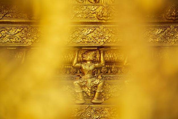Parede de arte e arquitetura bonita da cor dourada do templo em wat paknam jolo, bangkhla, província de chachoengsao, tailândia