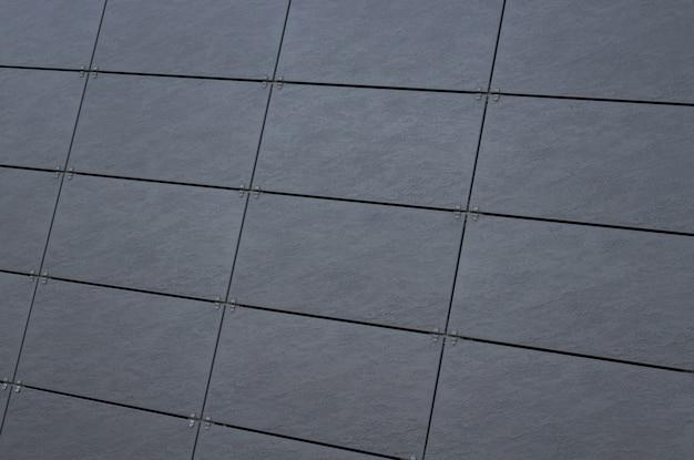 Parede de azulejos cinza escuro na fachada do edifício
