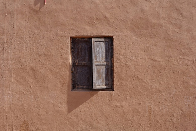 Parede de casa velha residencial tradicional antiga e janela de madeira no vale da vila de tuyoq na província de turpan xinjiang, china.