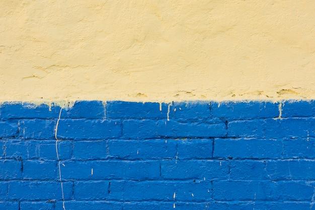 Parede de cimento com tijolos pintados