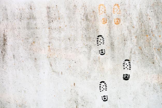 Parede de concreto cinza com pegadas ou pegadas coloridas. fundo de textura de superfície. alvenaria ou alvenaria de revestimento de pedra interior antigo padrão pedra projeto pilha.