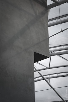 Parede de concreto cinza com teto de vidro