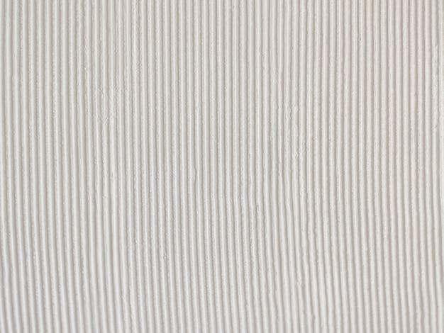 Parede de concreto com padrão listrado branco
