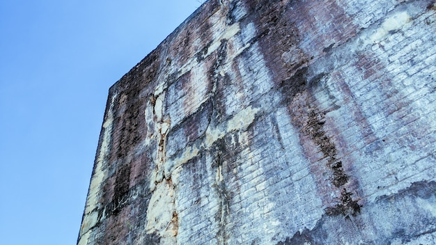 Parede de concreto rachada na parte externa afetada com terremoto e solo desabado