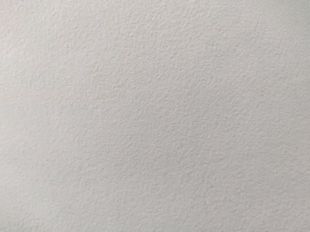 Parede de concreto texturizada pintada de branco