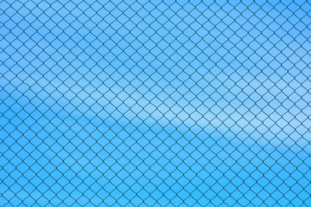 Parede de fio de metal gaiola no céu azul