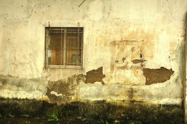 Parede de grunge e janela enferrujada