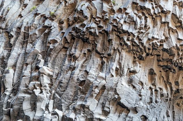 Parede de lava vulcânica do monte etna. a textura da pedra é de cor cinza escuro. fundo natural.