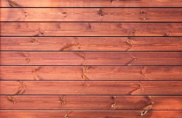 Parede de madeira amarela com placas antigas, textura de materiais naturais.