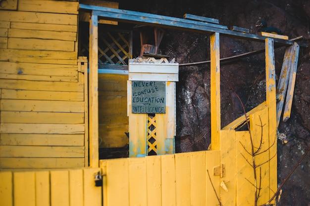 Parede de madeira amarela na construção ao ar livre