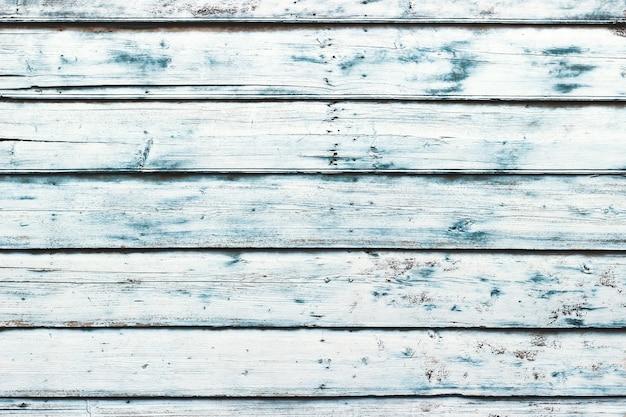 Parede de madeira azul, pintada em estilo chique gasto e piso branco