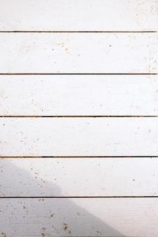 Parede de madeira branca com poeira