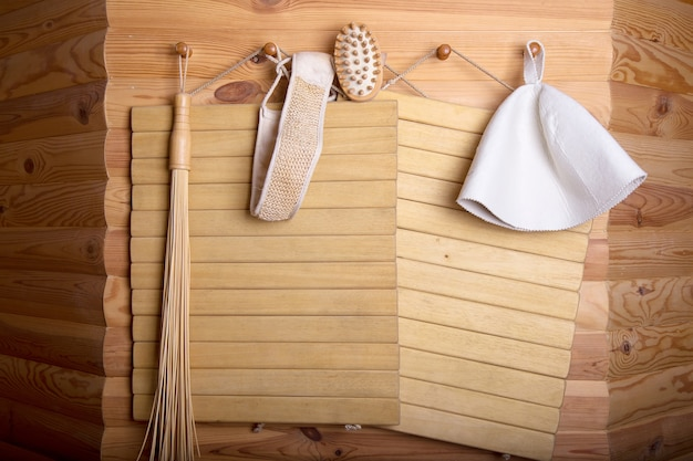 Parede de madeira dos acessórios da sauna