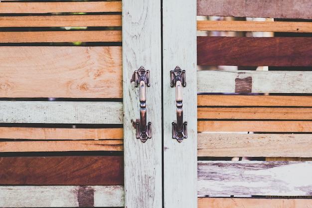 Parede de madeira e janela no quarto
