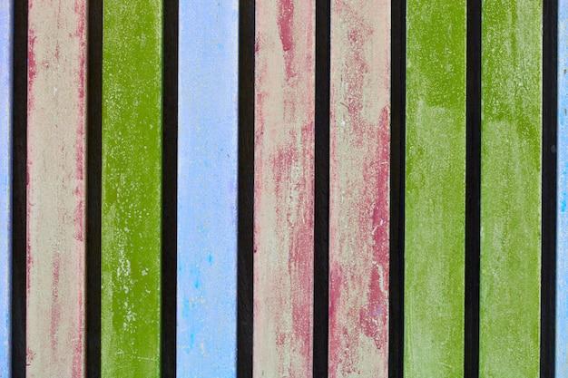 Parede de madeira envelhecida azul, cor-de-rosa e verde colorida da prancha.