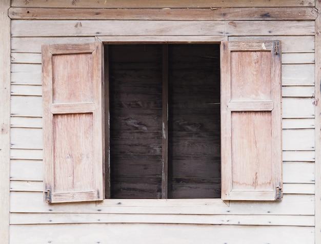 Parede de madeira velha ver através da janela