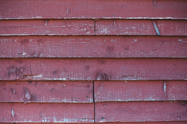 Parede de madeira vermelha durante o dia