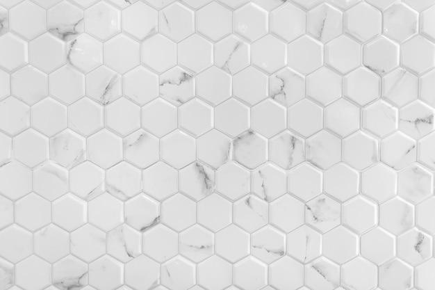 Parede de mármore branco com padrão hexagonal