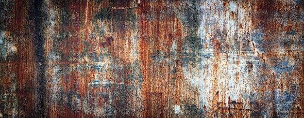 Parede de metal enferrujado, chapa de ferro velha coberta de ferrugem com tinta multicolorida
