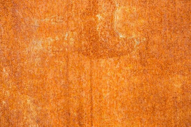 Parede de metal pintada de amarelo enferrujado. textura detalhada