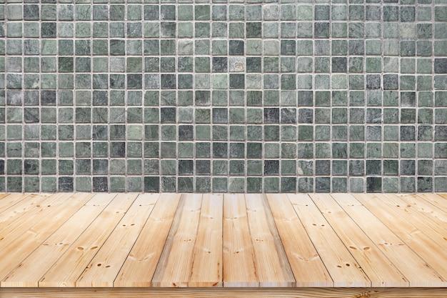 Parede de mosaico verde e piso de madeira