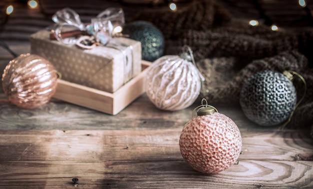 Parede de natal ou ano novo, brinquedos antigos na árvore de natal