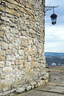 Parede de pedra com lâmpada