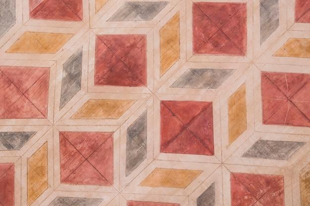 Parede de pedra com padrão de formas geométricas