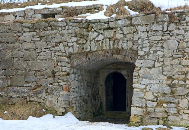 Parede de pedra com porta (castelo pidhirtsi, região de lviv, ucrânia, construído em 1635-1640 por ordem do polonês hetman stanislaw koniecpolski)