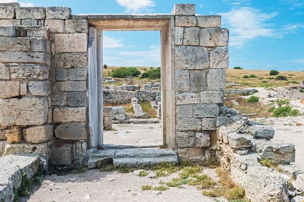 Parede de pedras com um buraco debaixo da porta. monumento cultural chersonese, sebastopol