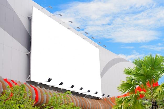 Parede de placa de cartaz em branco no shopping moderno em um dia nublado.