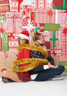 Parede de presentes e casal envolto em corrente dourada