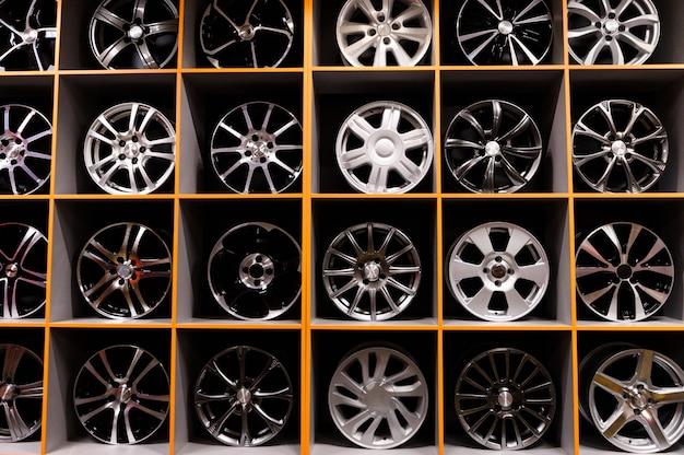 Parede de rodas de liga leve e pneus na loja