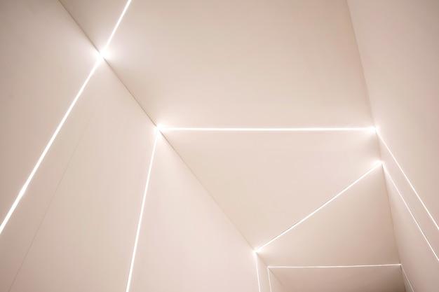 Parede de sala de concreto vazio e brilhante led.