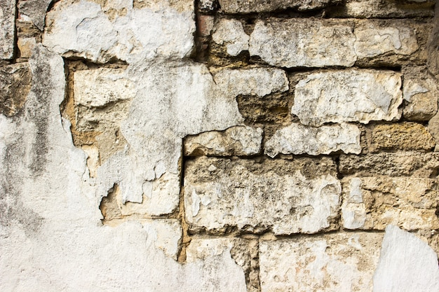 Parede de tijolo danificada velha com emplastro. fundo e texturas.